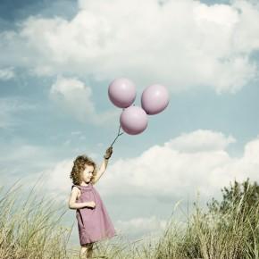 Rostock Kinderfotografie Fotograf Kind Strand Luftballlons